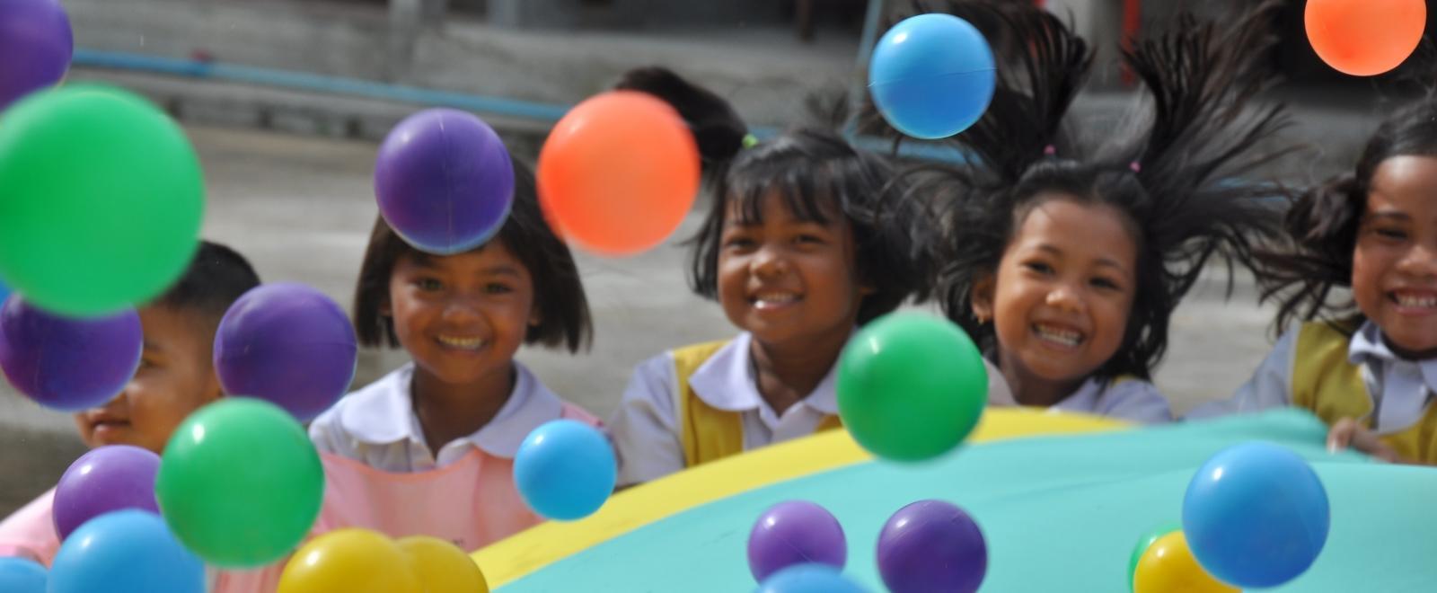 Niños de un preescolar disfrutando una actividad en nuestro voluntariado social en Tailandia.